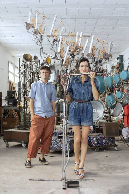 Laia Torrents y Roger Aixut, en su taller de experimentos musicales en Girona.