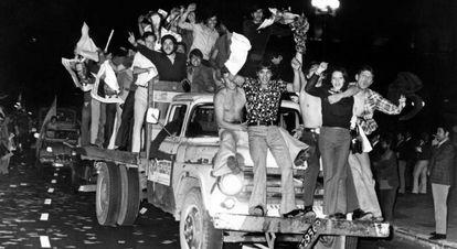 Ciudadanos argentinos celebran la victoria electoral de Perón en 1973.
