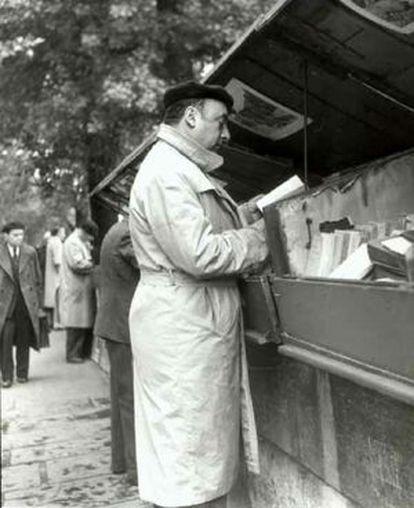 Pablo Neruda en París en una foto tomada en 1949 por Marcos Chamudes.