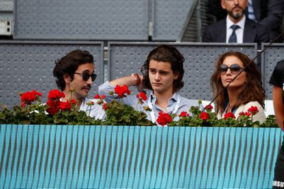 La modelo y presentadora Jose Toledo con sus hijos Diego y Daniel Martínez-Bordiú Toledo en un partido de tenis en mayo de 2019.