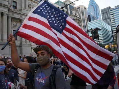 Simpatizantes de Biden celebran la victoria en las calles de Pensilvania.