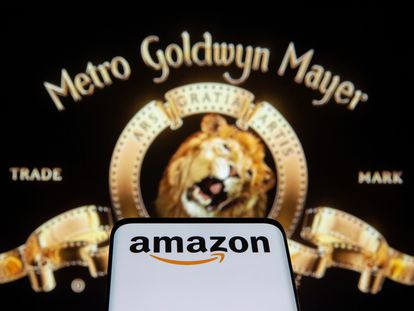 Un móvil con el logo de Amazon frente a una imagen de MGM.