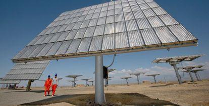 Trabajadores chinos instalan paneles solares en la región de Xinjiang