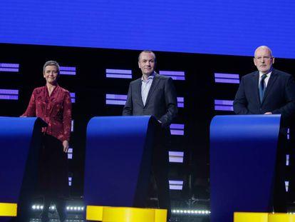 Desde la izquierda, la danesa Margrethe Vestager (de la Alianza de los Liberales y Demócratas por Europa), el alemán Manfred Weber (portavoz del Partido Popular Europeo) y el holandés Frans Timmermans (del Partido Socialista Europeo), esta noche en el debate en el Parlamento Europeo.