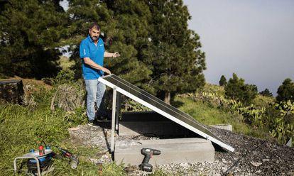 Marco Sánchez trabaja con unas placas solares en la isla de El Hierro.