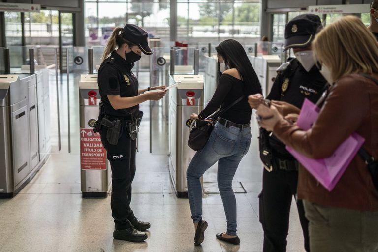 Controles de la Policía Nacional en la estación de tren de Entrevías (Madrid), este lunes.