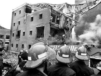 Bomberos observan los restos de la casa cuartel de la Guardia Civil en el barrio de La Jota, en Zaragoza, destruída en un atentado de ETA en Zaragoza, el 11 de diciembre de 1987.