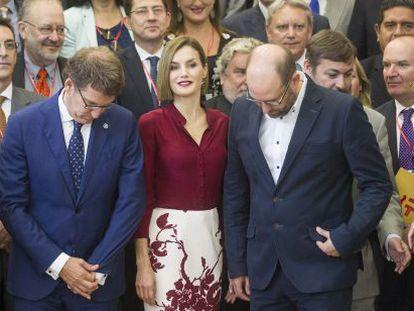 La reina Letizia y el presidente de la Xunta de Galicia, Alberto Núñez Feijóo rodeados de directores del Instituto Cervantes.