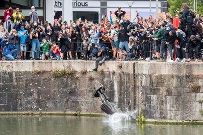 La estatua de Edward Colston, un esclavista del siglo XVII, cae al río después de ser arrojada por un grupo de manifestantes que protestaba en Bristol contra el racismo.