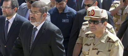 El presidente de Egipto, Mohamed Morsi (izquierda), y el ministro de Defensa, Abdel Fatah al Sisi.