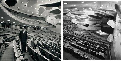 El arquitecto posa bajo los móviles de Calder en el aula magna de la Universidad Central de Venezuela.  