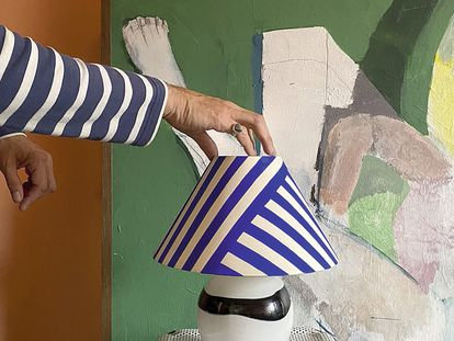 Álvaro Picarno muestra una de sus obras en su estudio.