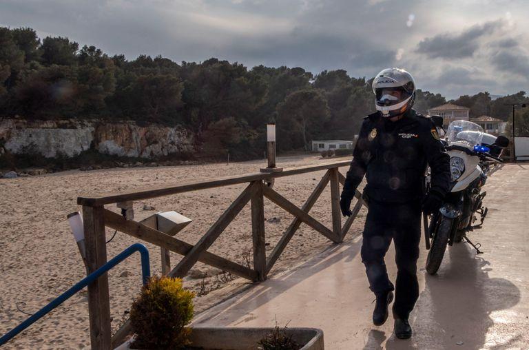 Un policía patrulla por la playa s'Estany d'en Mas, en Manacor, este lunes.