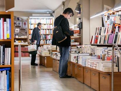 Aspecto de la librería Laie, de Barcelona, una de las tiendas presentes en la plataforma Llibreries Obertes.