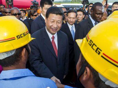 Xi Jinping con trabajadores de la construcción en Trinidad y Tobago.