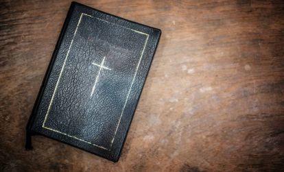 La portada de una Biblia.