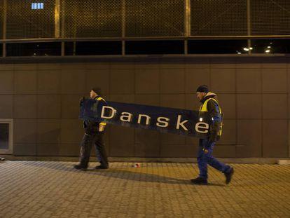 Dos operarios se llevan el cartel de Danske Bank en la filial de Tallin (Estonia), el 5 de octubre de 2019.