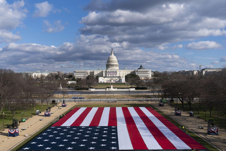 Una enorme bandera ocupará el sitio del público en la investidura de Biden como presidente de EE UU.