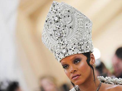 La cantante Rihanna con una mitra.