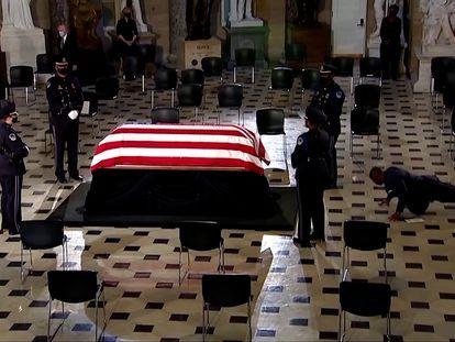 El  entrenador de Ruth Bader Ginsburg, Bryant Johnson, hizo tres flexiones frente a su ataúd mientras presentaba sus respetos durante la ceremonia celebrada en el Capitolio.
