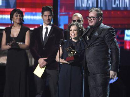 Natalia Lafourcade y Leonel Garcia con el premio a Canción del Año.