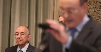 El exgobernador del Banco de España, Miguel Ángel Fernández Ordóñez, escucha a su sucesor, Luis María Linde, en su toma de posesión.