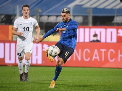 El italiano Grifo golpea el balón en el amistoso del pasado miércoles ante Estonia en el estadio Artemio Franchi, en Florencia.