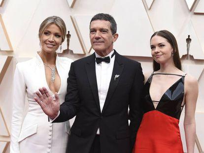 Antonio Banderas junto a su novia, Nicole Kimpel, y a la derecha su hija Stella del Carmen.