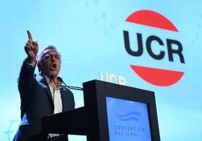 El presidente de la UCR, el gobernador Alfredo Cornejo, habla durante la convención.