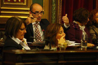 Andoni Aldekoa hace un gesto durante un pleno del Ayuntamiento de Bilbao.