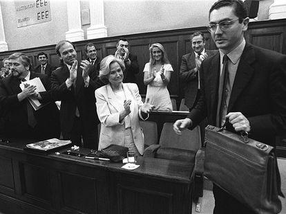Alberto Ruiz-Gallardón, el 28 de junio de 1995, durante su investidura como presidente, con Cristina Cifuentes detrás.