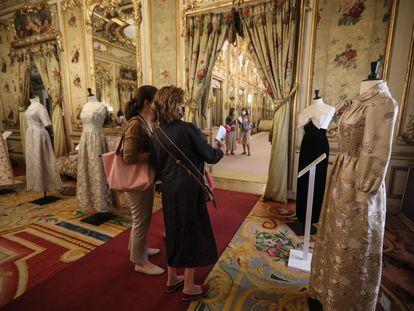 Dos mujeres observaban el jueves un traje de noche de Elio Berhanyer, en el palacio de Fernán Núñez.
