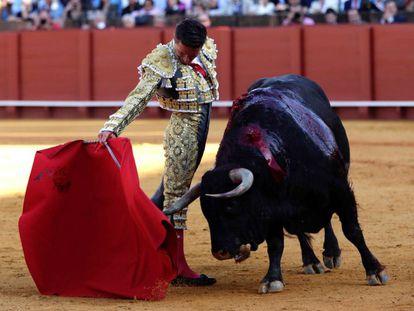 Diego Urdiales, durante la faena al primer toro de su lote.