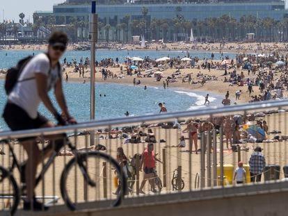 Vista de las playas de La Barceloneta (en primer término) y Sant Miquel (al fondo), este sábado en Barcelona.