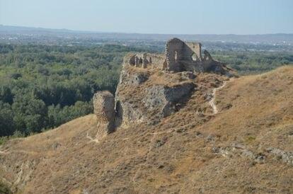 El cabezo de Miranda, visto desde el norte, con las ruinas del castillo del siglo XII levantado sobre parte de los restos de la ciudad campamental califal de al-Yazira. Al fondo, la ciudad de Zaragoza.
