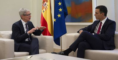 Tim Cook, director ejecutivo de Apple, y Pedro Sánchez, presidente del Gobierno, en Madrid, en 2018.