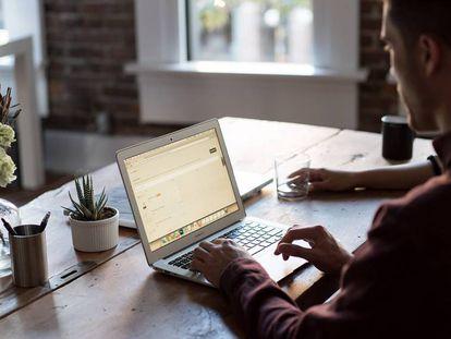 Un usuario teletrabaja con su portátil.
