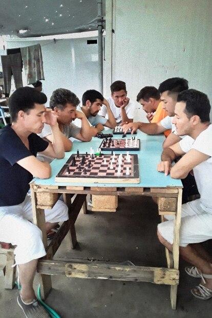 Foto de Amir de refugiados jugando al ajedrez.