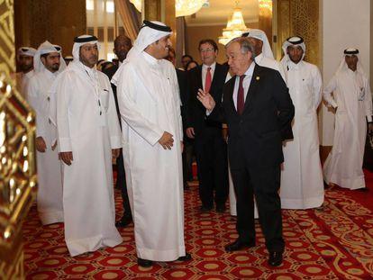 El jeque Mohamed Bin Abdulrahman al Thani recibe al secretario general de la ONU, António Guterres (derecha), este domingo en Doha.