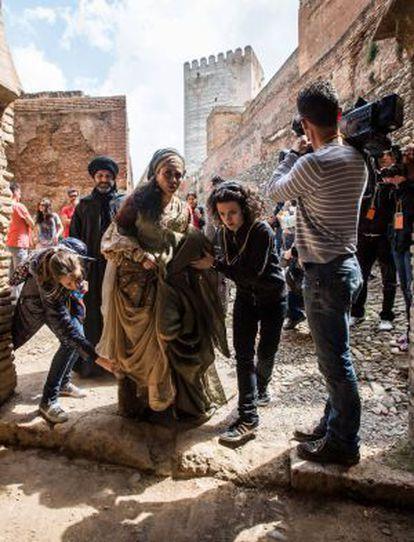 La actriz Alicia Borrachero, en el rodaje de 'Isabel', en Granada.