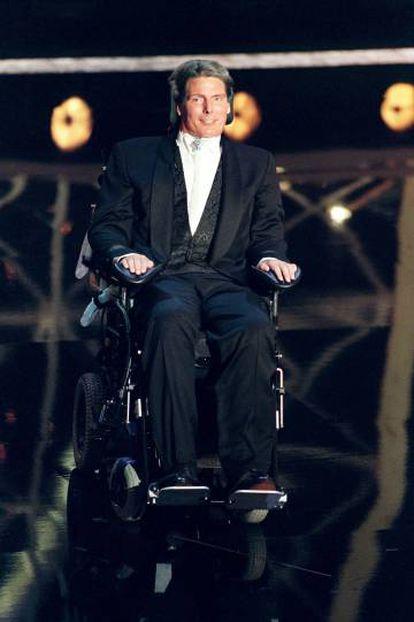 Christopher Reeves en la entrega de los premios Emmy de 1997, dos años después de sufrir el accidente que le dejó tetrapléjico.