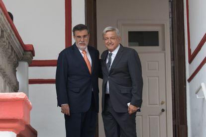 López Obrador y Julio Scherer, durante los primeros días de Gobierno.