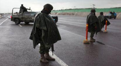 Soldados vigilan una carretera en Contepec, Michoacán