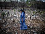 Yaquelin es defensora de derechos humanos, territoriales y ambientales de la región de la Guajira colombiana de la Organización Fuerza de Mujeres Wayú. Parece que la guerra ha terminado con el abandono de las armas por parte de las FARC pero ni los acuerdos de paz, que en estos momentos estan tan cuestionados por el nuevo gobierno, han servido para proteger a la defensoras. Ellas siguen amenazadas en cada palabra pronunciada, en cada acto de cuidado de sus tierras sus gentes, por fortalecer su rol en los espacios de toma de decisiones, por construir una comunidad donde su identidad, cultura y territorio sean respetados. Mujeres liderezas que sostienen la vida y el territorio, que se enfrentan diariamente a los hombres desmovilizados, disidentes de la guerrilla y paramilitares, ponen su cuerpo ante instituciones corruptas, empresas de minería y tala que desvían, secan y contaminan sus ríos y tierras. Sus testimonios son resilientes y desgarradores. Son mujeres que se han construido como seres políticos en la ruralidad lejos de la academia, conectadas íntimamente con el territorio y con su comunidad.Durante los ultimos años denunció estas practicas a las autoridades y comenzó a recibir amenazas de muerte hasta que tuvo que huir. Hasta hoy no ha dejado su tarea de defensora de derechos humanos, territoriales y ambientales y recorre las comunidades con escolta armada y coche blindado. Ellas forma parte de la organización Fuerza de Mujeres Wayuu, defensoras de derechos humanos, territoriales y ambientales. Lleva varios años desplazada de su comunidad tras haber recibido amenazas de muerte por la denuncia a empresas mineras que han contaminado sus tierra y la violencia de los actores armados que controlan la región. Lleva varios años desplazada de su comunidad tras haber recibido amenazas de muerte por la denuncia a empresas mineras que han contaminado sus tierra y la violencia de los actores armados que controlan la región.