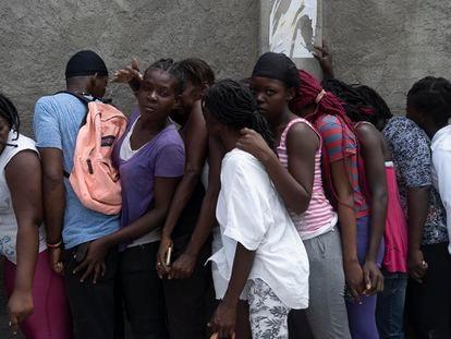 Víctimas del terremoto esperan durante la distribución de alimentos en el barrio de Picot en Les Cayes, Haití.