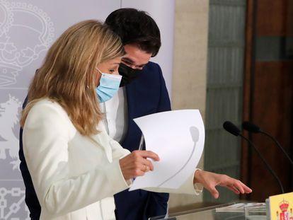 La vicepresidenta tercera, Yolanda Díaz, con el portavoz de ERC en el Congreso, Gabriel Rufián, este lunes en el Ministerio de Trabajo.