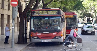 Autobuses de la EMT, este jueves, en una calle del centro de Valencia.