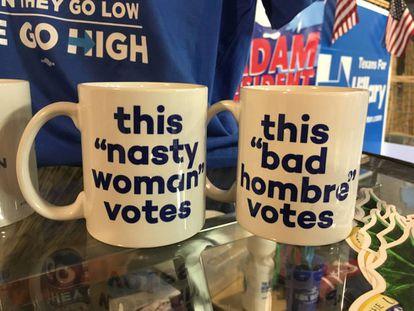 Tazas a la venta en la sede de campaña demócrata en Austin, Texas.
