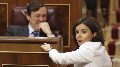 Soraya Sáenz de Santamaría y Rafael Hernando este miércoles en el Congreso.