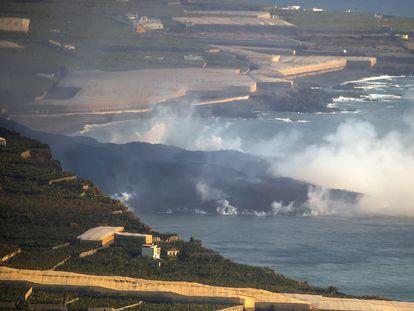 Delta formado por la lava saliendo al mar en la costa de Tazacorte, en La Palma, este miércoles.